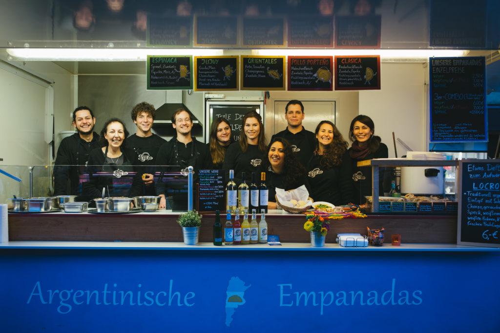 Das Locura Team im Foodtruck