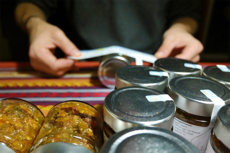 Chimichurri-Gläser werden per Hand etikettiert