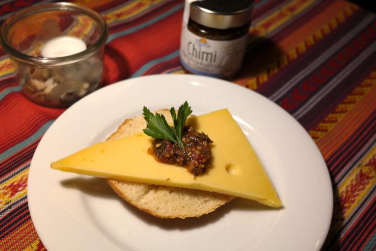 Chimichurri auf einem Käsebrot